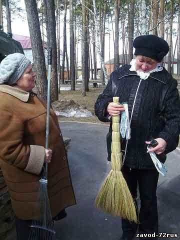 На субботнике у сквера воинской славы, Татьяна Алипкина и Людмила Назарова