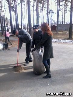 На субботнике у сквера воинской славы, Александр Азанов, Екатерина Фантикова и Людмила Киселева