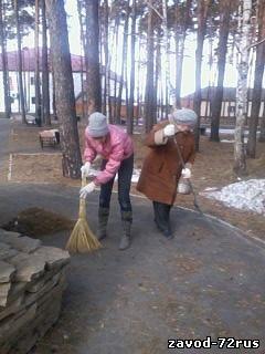 На субботнике у сквера воинской славы, Полина Фантикова и Татьяна Алипкина